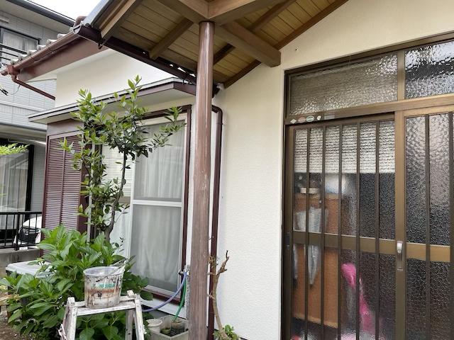 草加市一軒家塗り替え工事 化粧丸太柱塗膜剥がしをしました